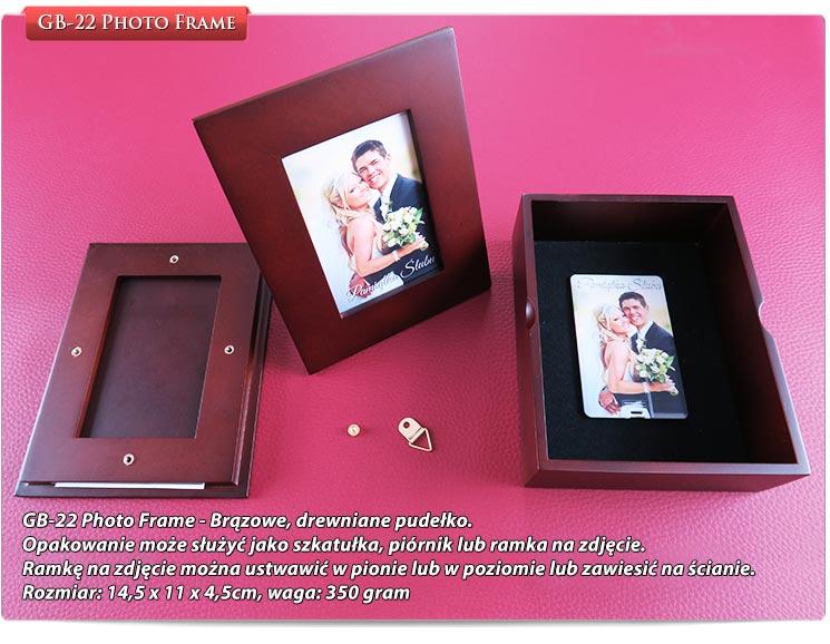 GB-22 Photo Frame - Brązowe, drewniane pudełko.Opakowanie może służyć jako szkatułka, piórnik lub ramka na zdjęcie.Ramkę na zdjęcie można ustwawić w pionie lub w poziomie lub zawiesić na ścianie.Rozmiar: 14,5 x 11 x 4,5cm, waga: 350 gram